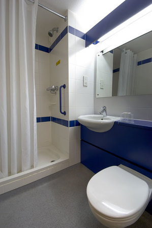 Travelodge Newbury Chieveley M4 : Bathroom with shower