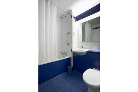 Travelodge Newbury Chieveley M4: Bathroom with bath