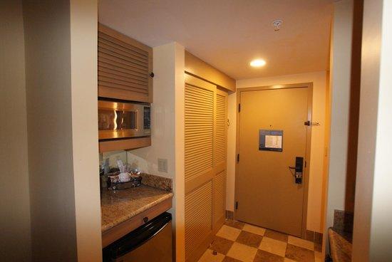 Hampton Inn Key Largo: Fridge, microwave in rooms