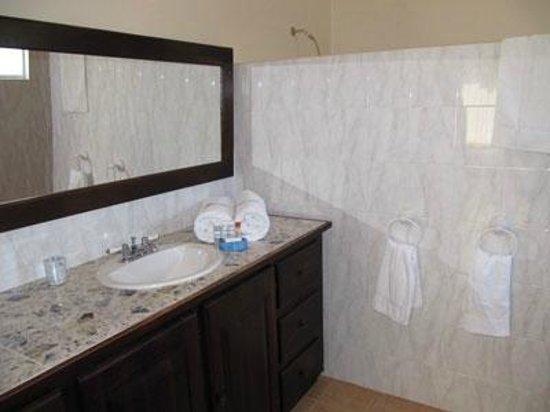 Marblue Villa Suites : Pineapple Suite Bathroom