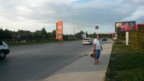 Orty Airport Hotel : Дорога из аэропорта рядом с отелем
