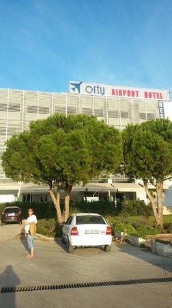 Orty Airport Hotel : вход в отель