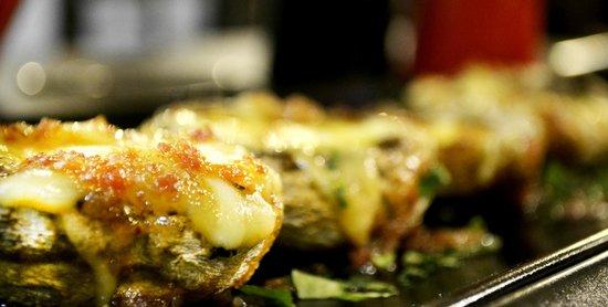 Geyseis Elladas : Magic mushrooms with cheese and bacon vinaigrette