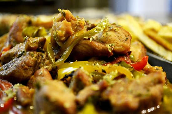 Geyseis Elladas: Pork with peppers and wine sauce