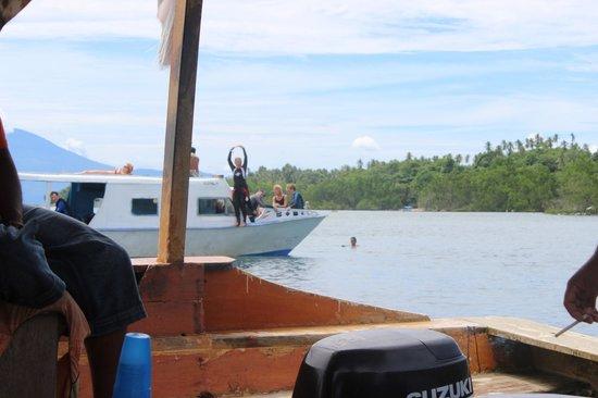 Thalassa PADI Dive Resort : Betty geeft aan dat alles OK is nadat we een White-tip shark zagen.
