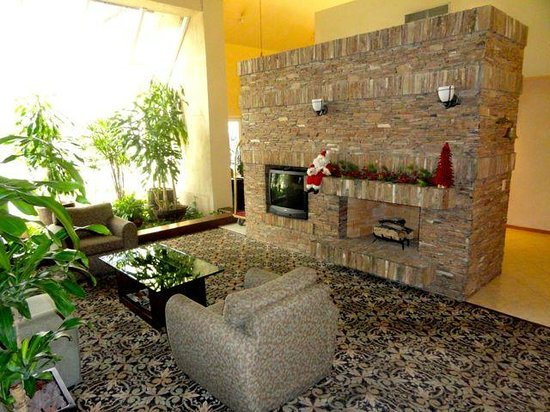 Staybridge Suites Monterrey - San Pedro : Stone Fireplace in Public Area, decorated for Holidays