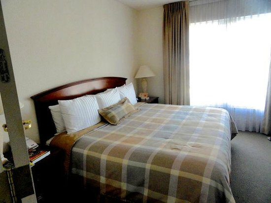 Staybridge Suites Monterrey - San Pedro: Bedroom with King-sized Bed