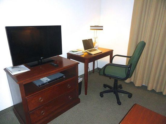 Staybridge Suites Monterrey - San Pedro: Work and Entertainment Area of Living Room