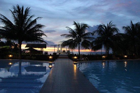 Thalassa PADI Dive Resort : Het zwembad met prieel en zeezicht. Voormalige trouwlocatie.