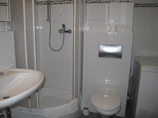 Apartments am Brandenburger Tor: Very small bathroom