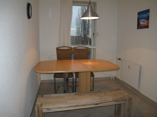 Apartments am Brandenburger Tor: Dining table in the kitchen