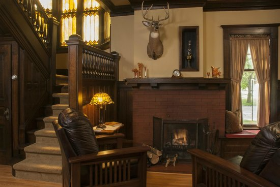 Red Forest Bed and Breakfast: Relax by the fireplace