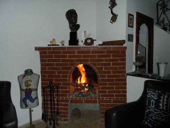 Tanger Chez Habitant : cheminée dans salon commun