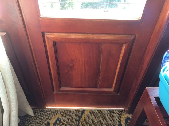 Ashley Resorts : Hole under the balcony door