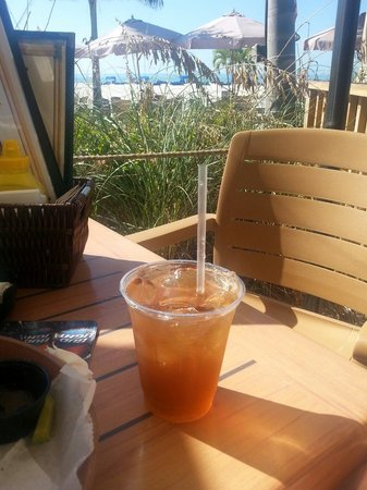 Bongos Beachside Bistro: Awesome view & drinks