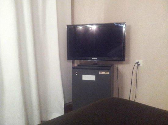 Hotel Les Arcades: ТВ и холодильник