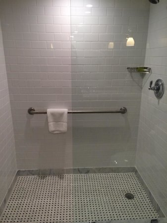 Portola Hotel & Spa at Monterey Bay : Large shower