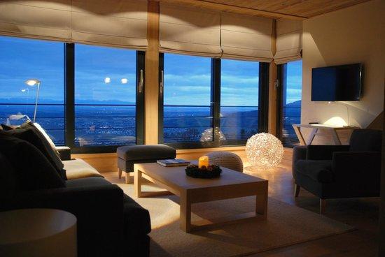 Le Grand Chalet & Spa : Salon et vue depuis la suite Panorama