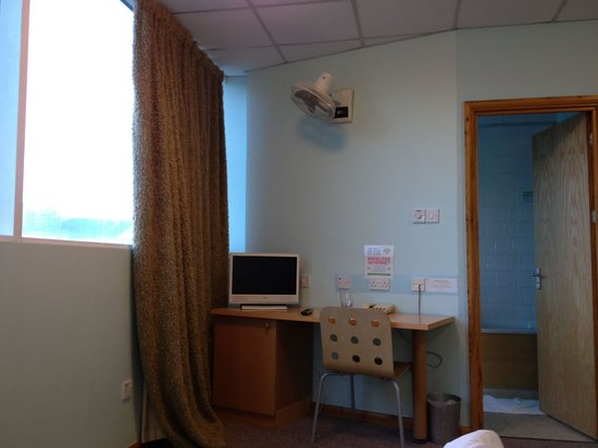 The Big Sleep Hotel Cardiff by Compass Hospitality: Woolly curtains, school chair, top notch air conditioning(pointing at the TV!), very distant TV,
