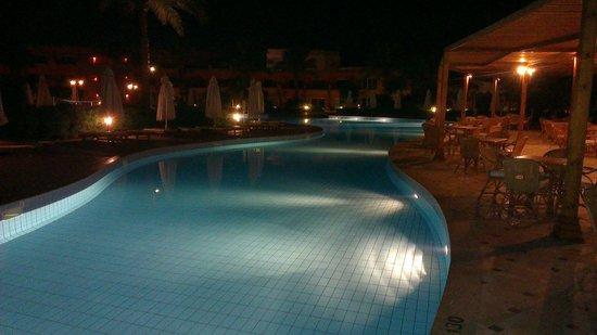 Amwaj Oyoun Hotel & Resort : Pool at night