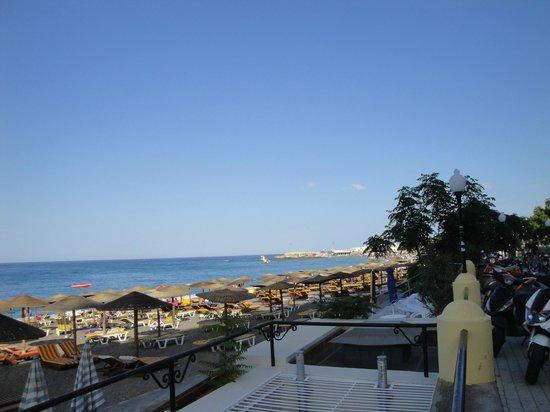 Hotel Mediterranean: praia em frente ao hotel