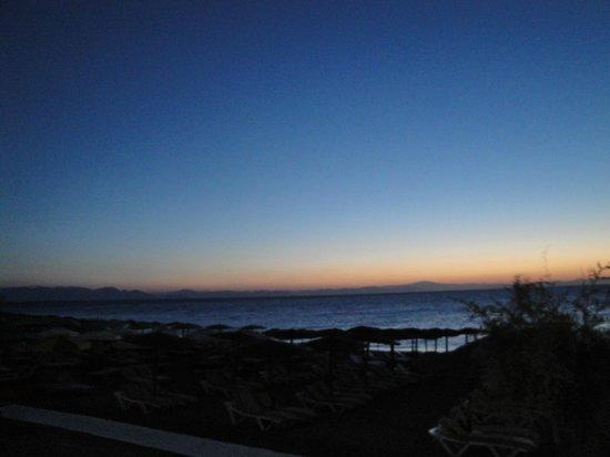 Hotel Mediterranean: amanhecer visto da calçada do hotel. dá para ver as montanhas da Turquia em frente.