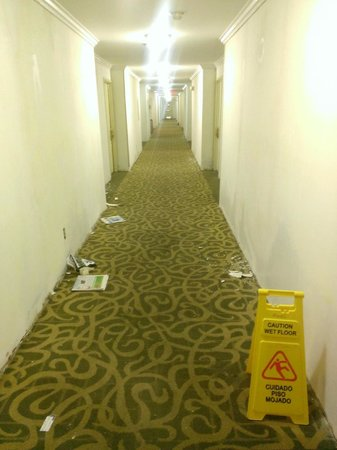 BEST WESTERN PLUS Heritage Inn: On the way to our room...