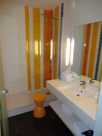 Ibis Styles Brest Centre Port : The bathroom - very energetic!