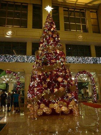 The Peninsula Manila: The lobby of the Peninsula at Christmas time