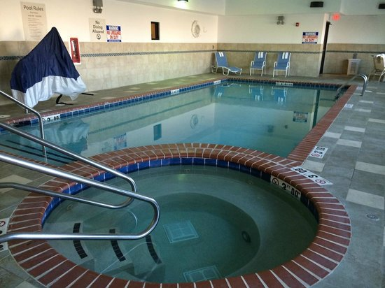 Holiday Inn Express Waterloo: Pool and Jacuzzi