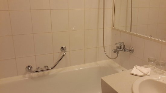 Chayka Resort Hotel: Ванна большая, вода ОЧЕНЬ пахнет хлоркой.