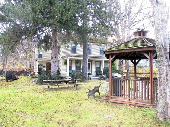 Shinglekill Bed and Breakfast : The hotel and the gazebo