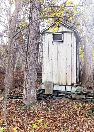Shinglekill Bed and Breakfast : An old outhouse on the grounds