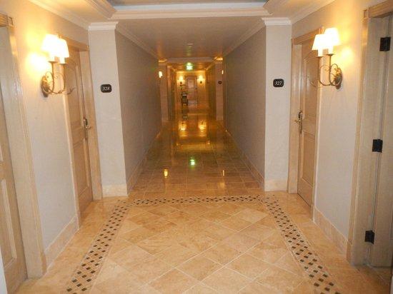 Sandos Cancun Luxury Resort: Hallways