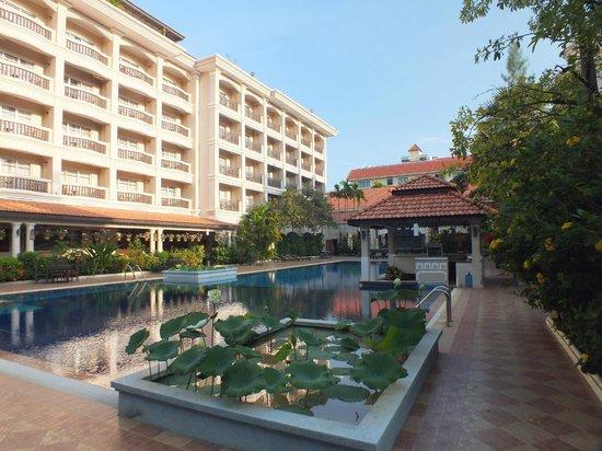 Hotel Somadevi Angkor Resort & Spa: Poolbereich des Hotels