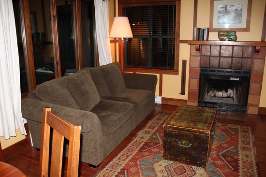 Middle Beach Lodge: Soft couch and cozy living room
