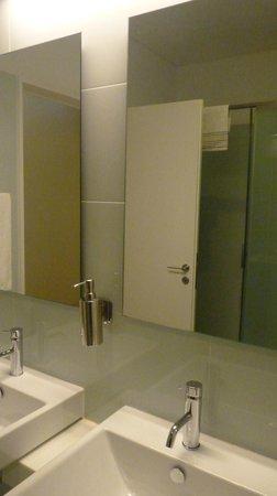 Porto Lounge Hostel & Guesthouse: Banheiro 2
