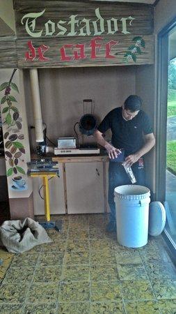 Choco Cafe: O dono, muito atencioso, torrando o café na hora
