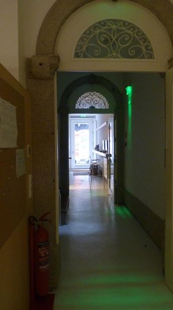 Porto Lounge Hostel & Guesthouse: Corredor da entrada