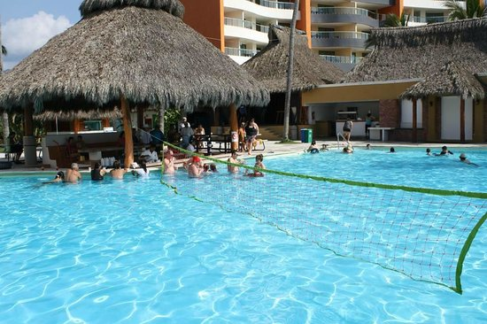 Plaza Pelicanos Club Beach Resort: The swim-up bar by the big pool and snack bar (near beach)
