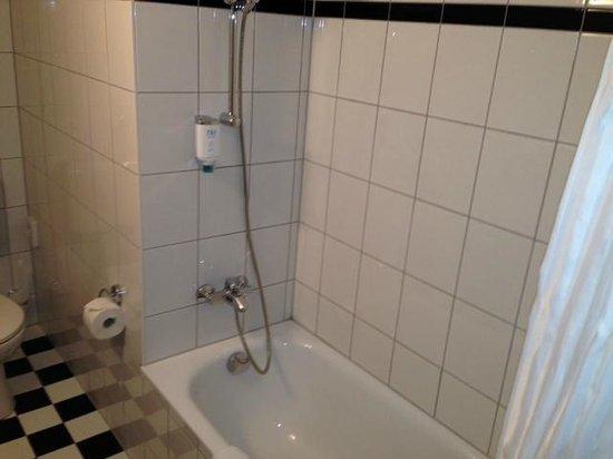 NH Berlin City West: Badewanne mit Dusche