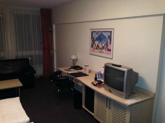 NH Berlin City West: Schreibtisch und TV