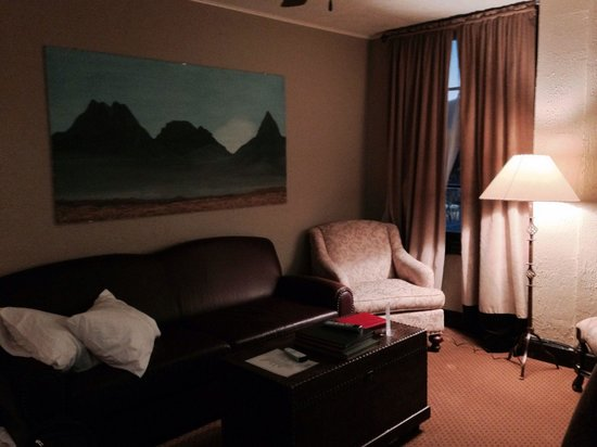 Holland Hotel: Spacious sitting area (attached room)