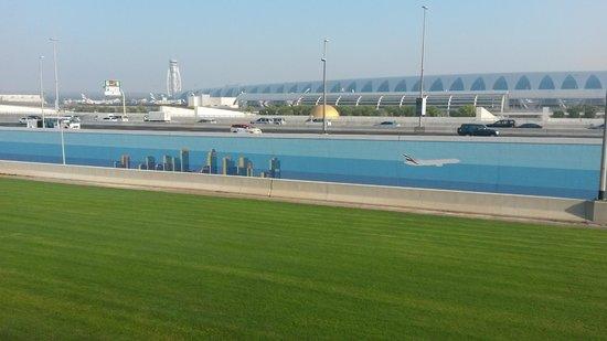 Premier Inn Dubai International Airport Hotel: Utsikt från hotellet över terminal 3.