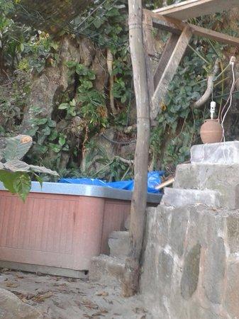 Eco Hotel Uxlabil Atitlán: Jacuzzi abandonado con construcciones a medias