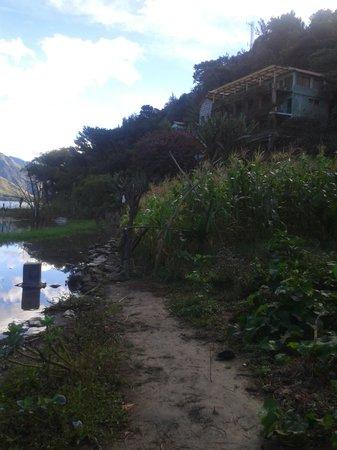 Eco Hotel Uxlabil Atitlán: Camino para entrar con piedras.  Es muy facil caer sobre la orilla del lago.