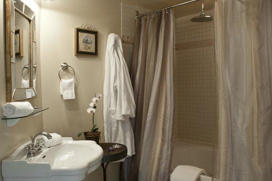 Scranton Seahorse Inn: The spacious bathroom in the Ocean Dreams guest room has a jacuzzi tub and rain shower