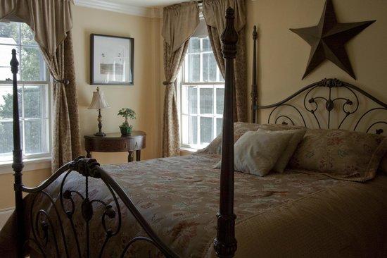 Scranton Seahorse Inn: The bright and comfy Sunlight Serenade guest room
