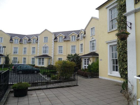 Bunratty Castle Hotel: Outside view to the left of the main entrance