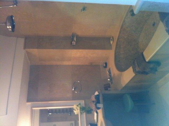 Villa Calypso: Bagno in marmo con vasca doppia
